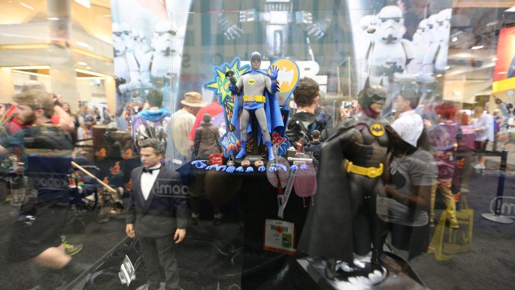 Костюмы, гаджеты и фигурки Бэтмена на Comic-Con 2015 - Изображение 43