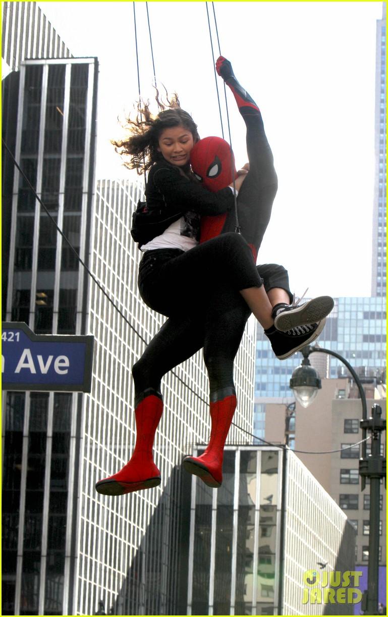 Том Холланд иЗендая летают поНью-Йорку нановых фото сосъемок «Человека-паука: Вдали отдома» | Канобу - Изображение 8904