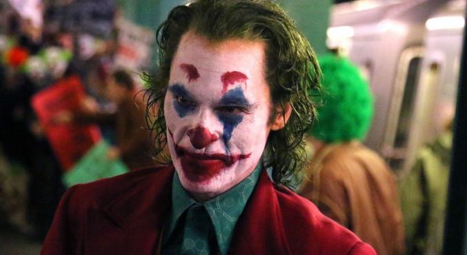 Очень много фото сосъемок «Джокера»: Хоакин Феникс вгриме, героиня Зази Битц, намеки насюжет | Канобу - Изображение 1